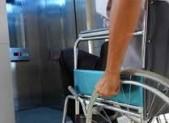 Disabile che sale su ascensore
