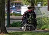 Anziano su carrozzina elettrica