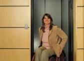 Donna disabile che scende da un ascensore