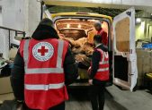 Volontari della Croce rossa che scaricano i beni donati