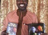 Amb. Buhari Isah riceve il kit per i diritti umani