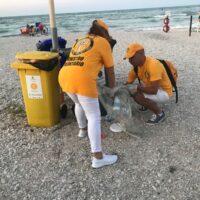 Volontari ripuliscono dalla plastica